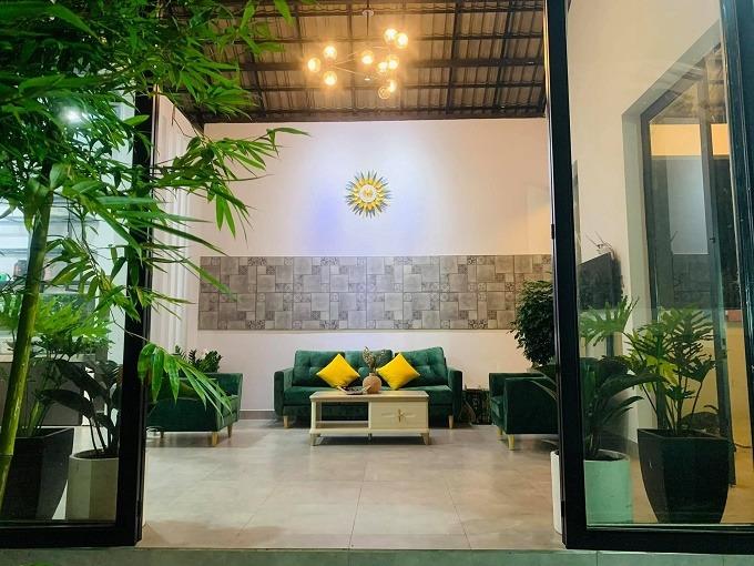 Phòng khách của ngôi nhà vườn lấy cảm hứng từ các khu resort.