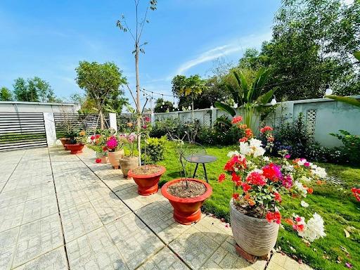 Lối đi vào của ngôi nhà vườn được bố trí các chậu hoa, cây cảnh, tạo sinh khí.