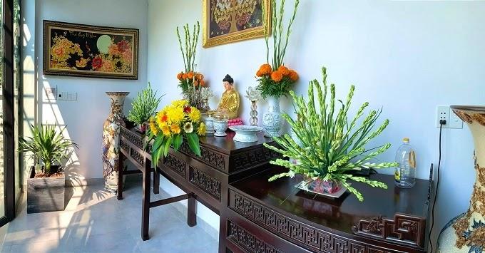 Góc thờ Phật bên trong ngôi nhà vườn. Các lẵng hoa bày trên bàn thờ do Phú Quý tự cắm.