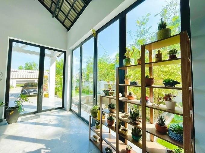 Gia chủ là người yêu cây cối nên các góc bên trong của ngôi nhà vườn đều có các chậu cây cảnh nho nhỏ.