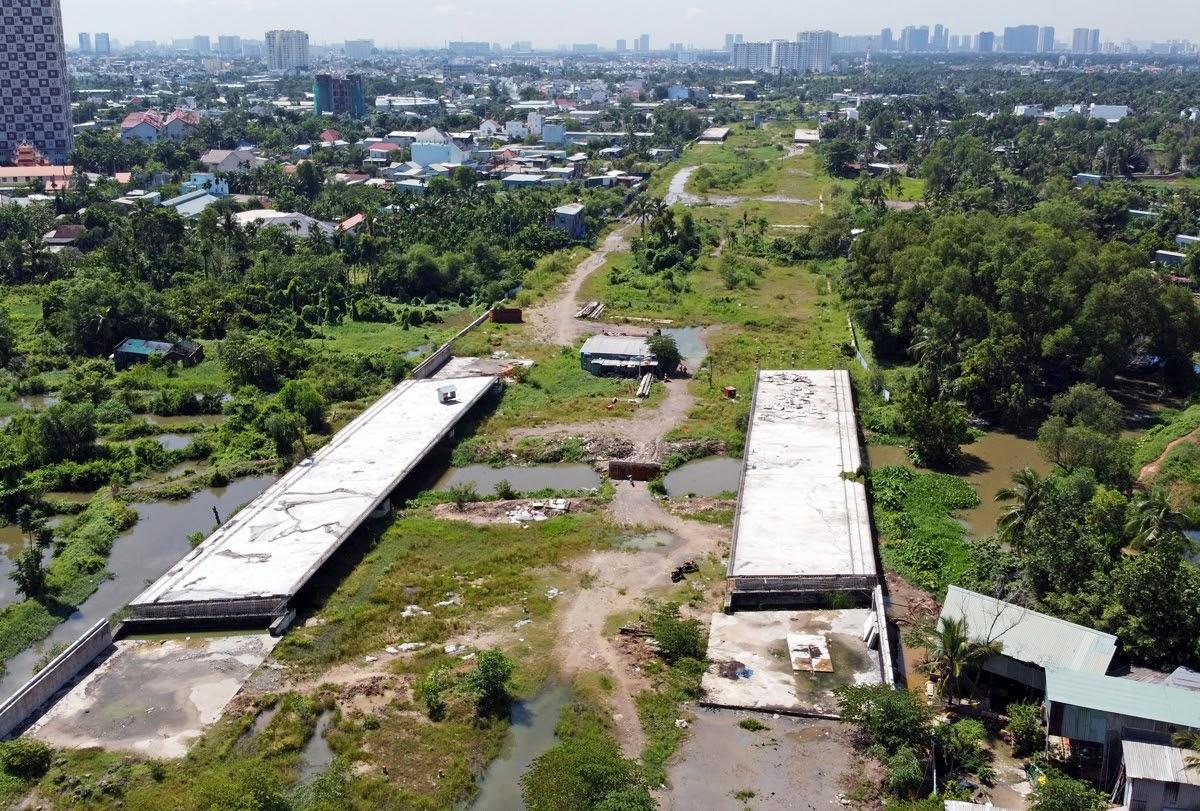 Công trường Vành đai 2 từ đường Phạm Văn Đồng đến nút giao Gò Dưa, TP Thủ Đức, ngừng thi công hồi cuối năm 2020. Ảnh: Gia Minh.