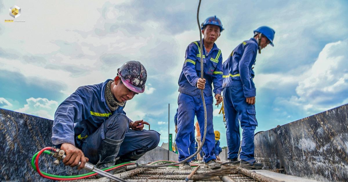 Trong điều kiện thiếu hụt nguyên liệu, các đơn vị thi công vẫn chủ động bố trí phương tiện, nhân lực thực hiện các hạng mục đã có sẵn nguyên vật liệu.