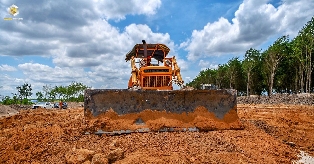 Công nhân khẩn trương thi công bề mặt đường, cầu dẫn, hầm chui cao tôc Phan Thiết - Dầu Giây