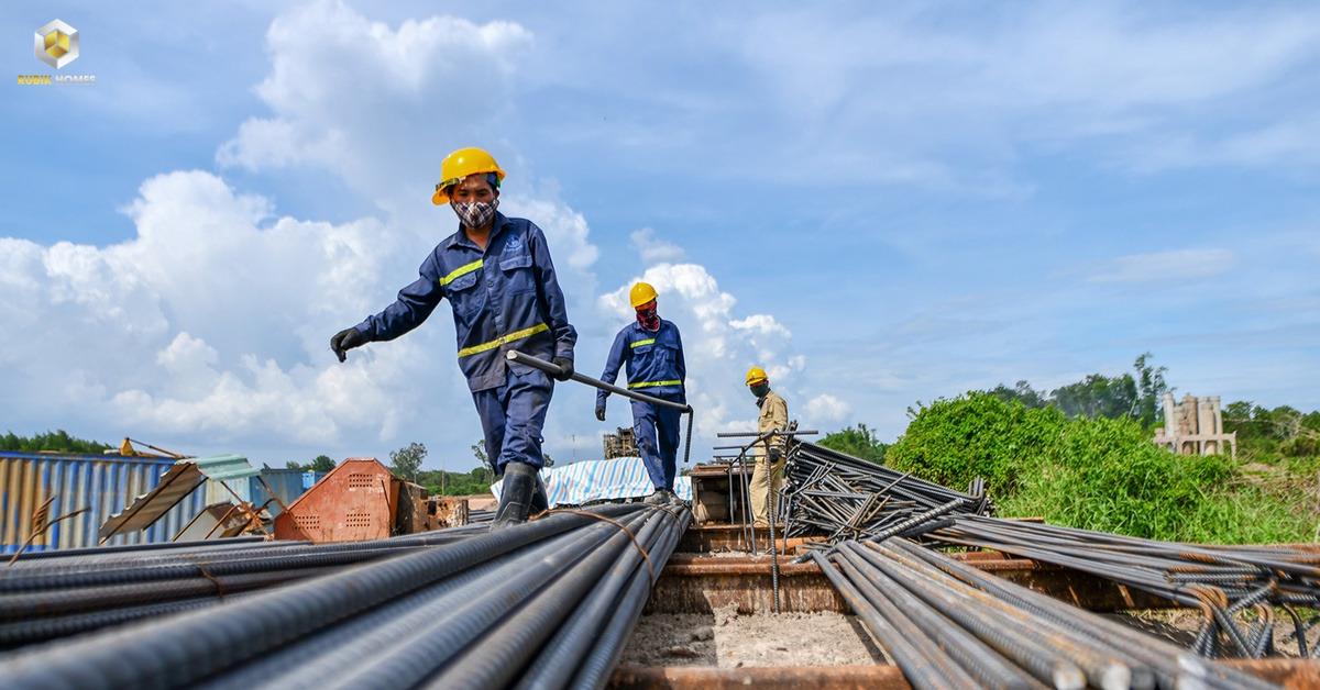 Công nhân gia công cốt thép tại cầu Xuân Hiệp 3, thuộc gói thầu số 3 của dự án. Ngoài gói thầu số 3, ba gói thầu khác của tuyến cao tốc là gói thầu số 1 và 2 đi qua tỉnh Bình Thuận, gói thầu số 4 đi qua tỉnh Đồng Nai. Tổng mức đầu tư toàn dự án cao tốc Phan Thiết - Dầu Giây hơn 12.500 tỷ đồng. Dự kiến hoàn thành cuối năm 2022.
